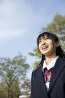 空を見上げる女子中学生