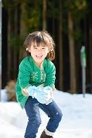雪の中で遊ぶ日本人の子供