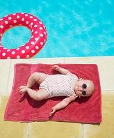 プールサイドに寝転ぶ赤ちゃん