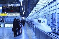 京都府 プラットホームに入る新幹線と乗客