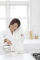 入浴後にキッチンでコーヒーをそそぐ日本人女性