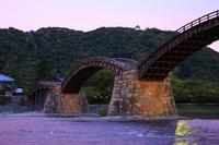 山口県 ライトアップした錦帯橋と錦川と岩国城