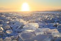 北海道 夕日に輝くジュエリーアイス(割れ氷)