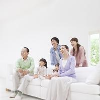 ソファに集まってくつろぐ日本人家族