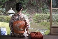 小包と着物の女性