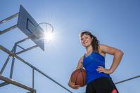 ストリートバスケをする女性