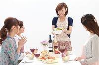 サラダを見せる日本人女性と友達たち