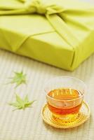 麦茶と緑の風呂敷
