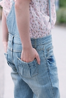 ポケットに手を入れる女性
