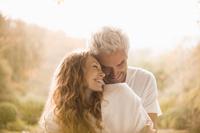 笑顔で抱きあう中年夫婦