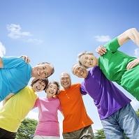 カラフルなTシャツを着たシニア男女達