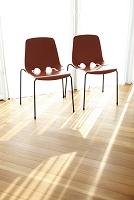 窓辺の2脚の椅子