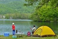 湖畔のキャンプ フィッシングのファミリー