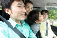 車に乗る家族