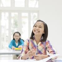 机に向かって座る日本人の女の子