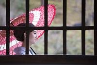 窓越しに見える着物の日本人女性