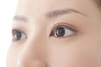 20代女性の顔の目部分