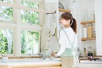 キッチンに立つ爽やかな日本人女性