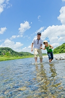川遊びをする日本人の親子