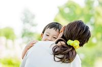 公園で母親に抱かれる息子