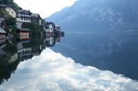 オーストリア ハルシュタットの湖畔の街のパノラマ