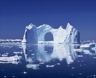 デンマーク イルリサットの巨大なアーチ形氷山