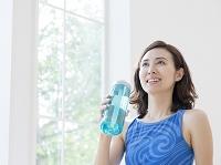タンブラーを持つ40代の日本人女性