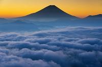 山梨県 朝の雲海と富士山