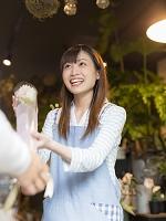 花を手渡す日本人女性