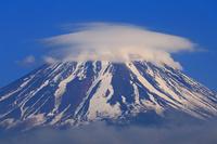 山梨県 残雪の富士山と笠雲