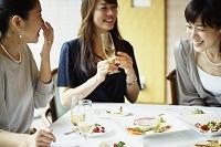 レストランで女子会をする女性達