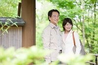 旅行をする中高年夫婦