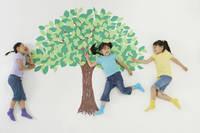 緑の木と女の子たち