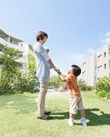 手を繋いで立つ日本人親子