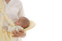 ママの腕の中で寝ている赤ちゃん