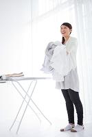 洗濯物を抱える日本人女性