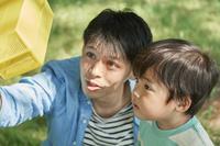 昆虫採集をする日本人親子