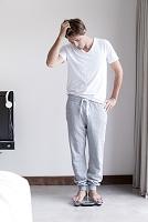 体重計に乗る外国人男性
