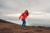 山歩きをする女性