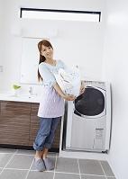 洗濯かごを抱えるミドルの日本人女性