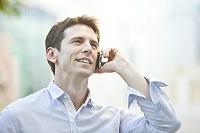 スマートフォンで連絡する外国人男性