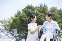 シニアと話す日本人介護士