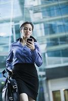 スマートフォンを見る外国人ビジネス女性