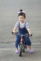 キックバイクに乗る日本人の女の子