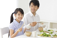 食事をするお父さんと女の子