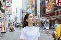 道頓堀を観光する日本人女性