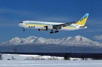 エアドゥのボーイング767 大雪山バックの着陸