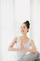 ヨガをする日本人女性