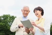 iPadを操作するシニア夫婦