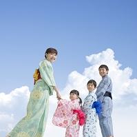 浴衣の日本人家族